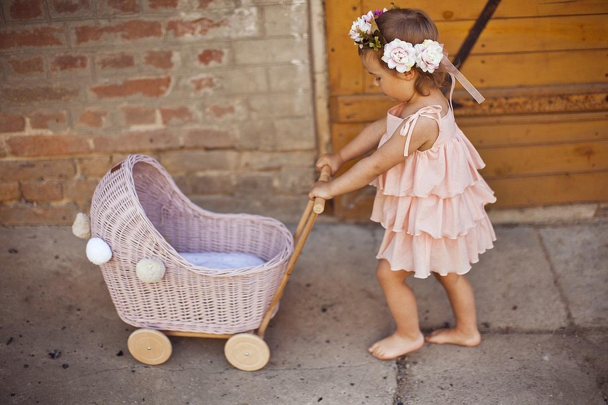 LILU Proutěný kočárek pro panenky růžová LILU